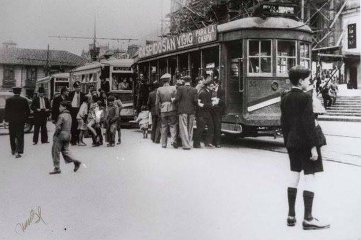 Estación del tranvía en la Plaza de Bolívar (1947) - Foto: Manuel H - Fotos Antiguas Bogotá - Facebook