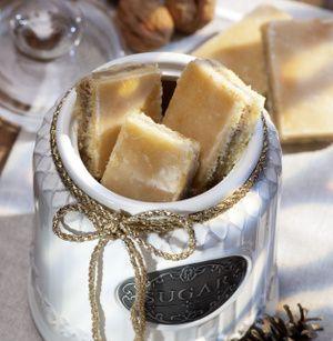 Aus den angegebenen Zutaten einen Mürbeteig herstellen, kalt stellen. Butter, Zucker und Orangensaft aufkochen. Nüsse unterrühren. Backofen auf...