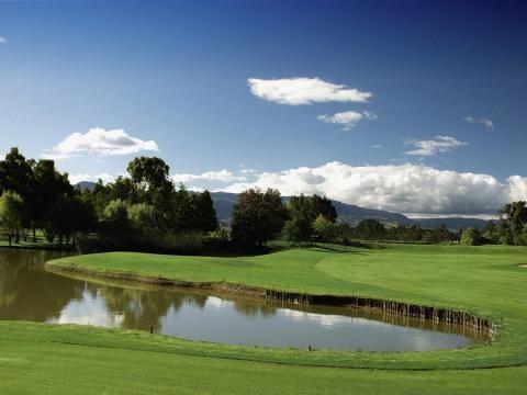 Carya Golf Club i Antalya PAR 72, GRUNDAD 2007 GUL TEE 6 366 M RÖD TEE 5 342 M HCP D 36/ H 28 DESIGN T PERRETT & LOBB En klassisk mästerskapsbana placerad bland mjukt böljande sand kullar omgärdad av tallar och eukalyptusskog. Det är en utmanande och strategisk bana där det ofta finns alternativa spelvägar. Carya också skryta med en spektakulär nya klubbhuset och state-of-the-art driving range. läs mer om golfbanorna i Turkiet  http://www.golfjoy.se/Golfbanor_Turkiet.htm