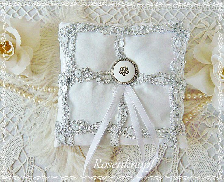 Ringkissen SILVERY GLEAM Weiß Silber Spitze Braut von Rosenknopf auf DaWanda.com