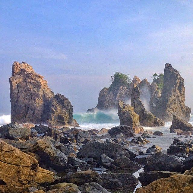 Batu Layar - Gigi Hiu , Kelumbayan , Kabupaten Tanggamus Provinsi Lampung. Photo by @yuyurb #livefolkindonesia #liveauthentic #explorelampung #exploreindonesia