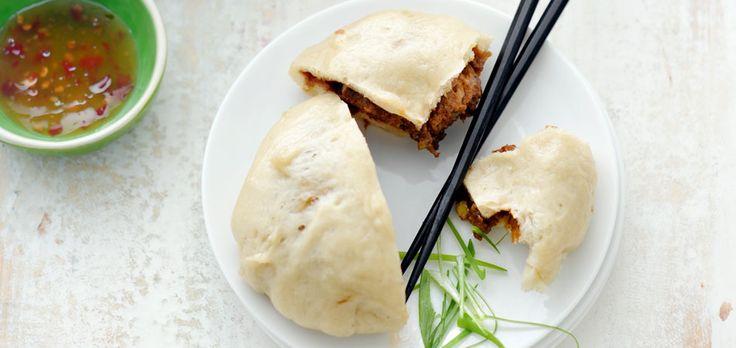 Chinese vleesbroodjes (baozi) voorgerecht | 4 personen, 4 stuks deeg ½ zakje gedroogde gist à 7 g ½ tl fijne kristalsuiker 250 g bloem, gezeefd + extra voor het bestuiven zonnebloemolie voor het bestrijken en invetten zoete chilisaus en fijngesneden bosui, voor erbij vulling 125 g varkens– of half-om-halfgehakt 1 bosui, fijngesneden ½ tl fijngesneden …