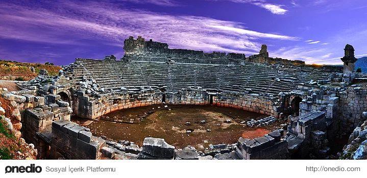 Xanthos Antik Kenti, Antalya - Muğla-Fethiye-Kas karayolu üzerinde Fethiye'ye 46 km. uzaklıktaki Kınık Köyü'nde yer alır. Şehir, Xanthos nehri (bugün Esen Çayı) kenarındaki ovaya hakim iki tepe üzerinde kurulmuştur. İlki Esen Çayı'nın kenarından sarpça bir kayalık seklinde yükselen surla çevrili Likya akropolü; ikincisi ise kuzeydeki daha yüksek ve geniş olan Roma akropolüdür.