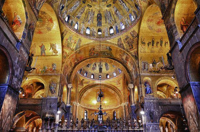 Basilica di San Marco,XI-XIV sec. Venezia. Interno Lo splendore dei mosaici in oro e dei marmi policromi crea effetti di luminosità che rendono immateriali le possenti murature.