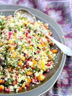 SALAT. Det er forår – og ligegyldigt hvilken årstid vi har, så er det altid skønt med en god og farverig salat. Der er bulgur i denne opskrift. Har du ikke det kan du bruge brun ris eller cou…