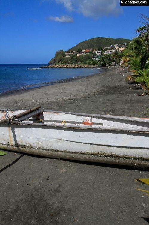 La petite plage du bourg de Case Pilote au nord de Fort de France, sur la côte caraïbe de la Martinique.
