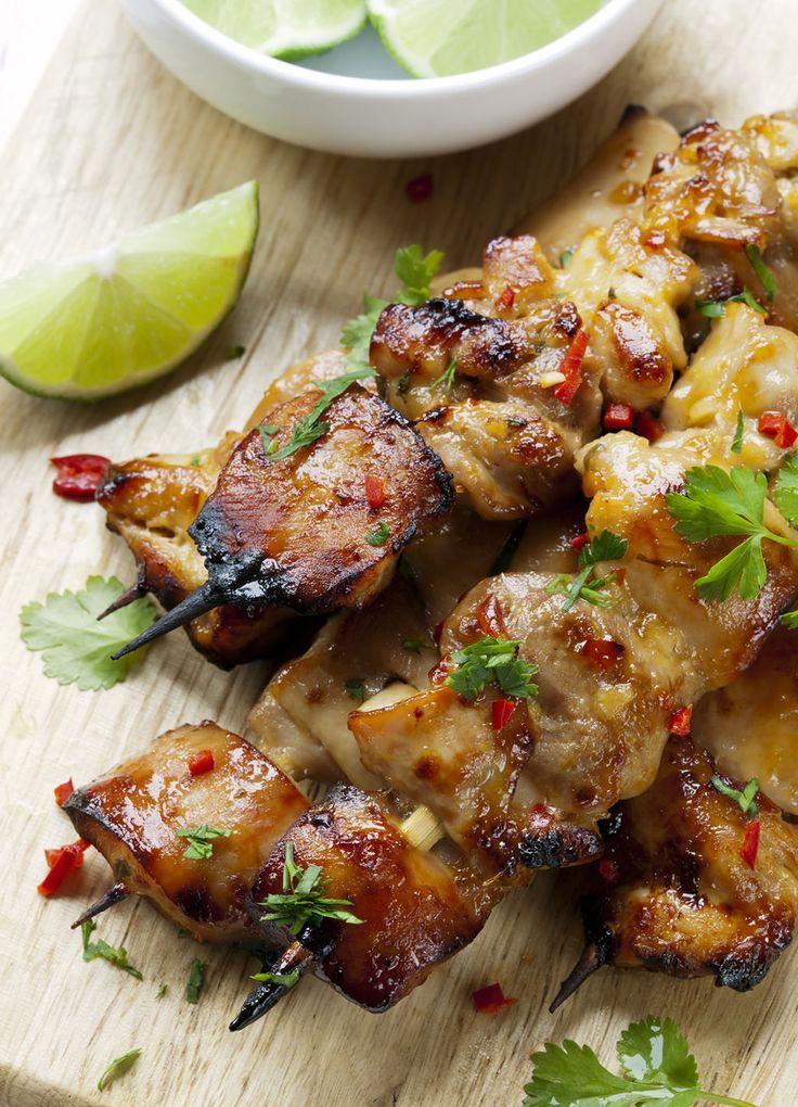 Ideas de recetas originales para preparar brochetas este verano. Brochetas de verduras, carne, pescados y fruta para la barbacoa. Recetas de brochetas