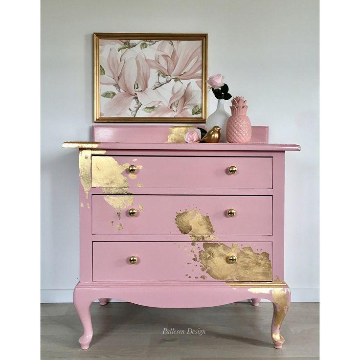 Denne smukke kommode er nu endelig færdig. Den er malet i smuk rosa og dekoreret med bladguld. Skufferne er malet hvide og beklædt med smuk…