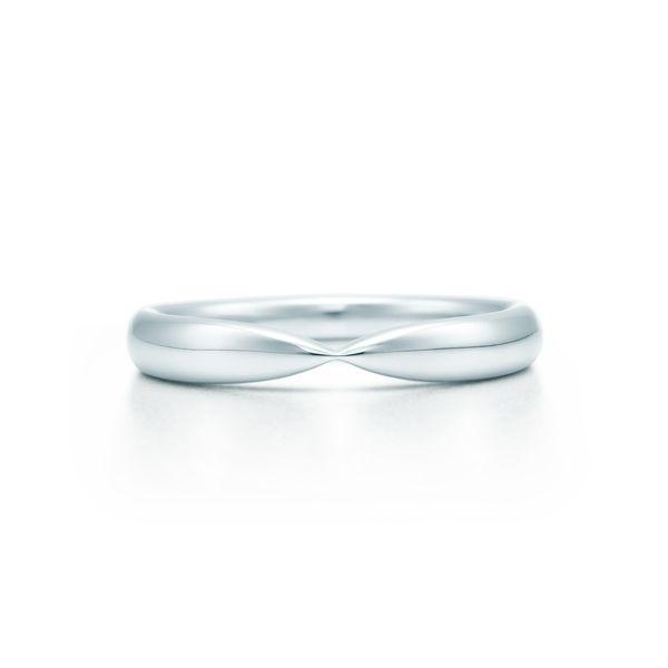Tiffany & Co.(ティファニー)の結婚指輪、ティファニー ハーモニー ウェディング バンドリングのご紹介です。ティファニー ハーモニー エンゲージメント リングに合うようにデザインされたウェディング バンドリング。ロマンティックなデュエットのように、互いを見事に引き立て合い、完璧なハーモニーを奏でてくれる。【ゼクシィ】なら、Tiffany & Co.(ティファニー)のマリッジリングも多数掲載中。