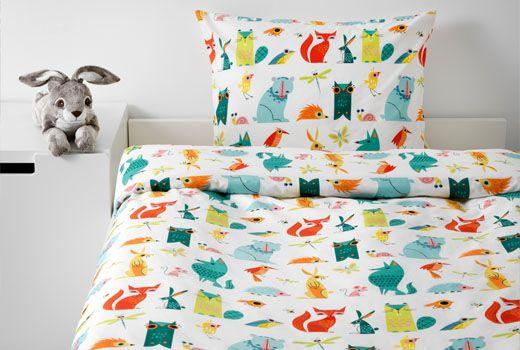 HEMMAHOS è una serie di tessili con disegni divertenti che stimola l'immaginazione del tuo bambino. Comprende cuscini, copripiumini, tende e morbidi tappeti: prodotti allegri e colorati ma anche sicuri, antimacchia e di facile manutenzione – IKEA