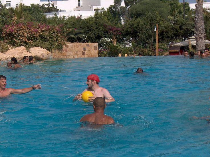 """O Clube Escola Vila Santa Catarina oferece prática aberta de Polo aquático voltada para crianças e jovens entre 10 e 12 anos. As atividades acontecem sempre de quarta e sexta-feira, das 10h às 11h e das 14h às 15h. Já para jovens entre 13 e 16 anos, os encontros ocorrem de quarta e sexta-feira, das...<br /><a class=""""more-link"""" href=""""https://catracalivre.com.br/sp/saude-bem-estar/gratis/polo-aquatico-clube-escola-vila-santa-catarina/"""">Continue lendo »</a>"""
