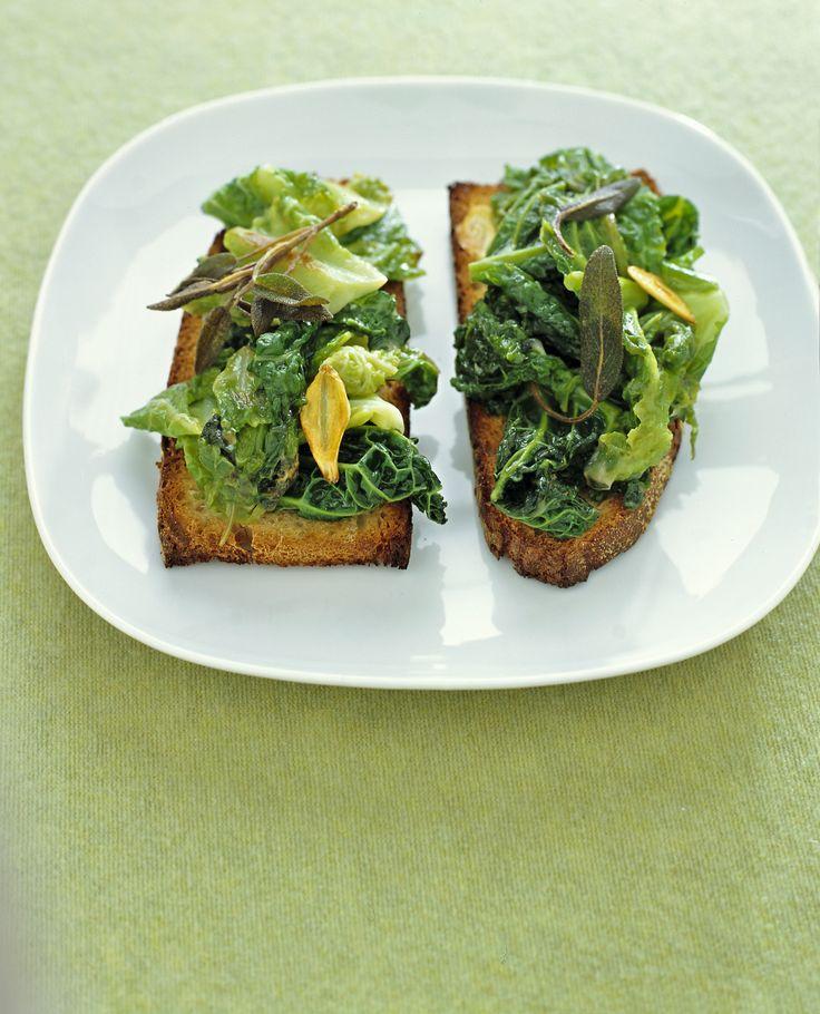 Per un antipasto che unisce il formaggio d'alpeggio alle foglie di verza, leggi la ricetta dei crostoni con verza e bitto al burro e salvia di Sale&Pepe.