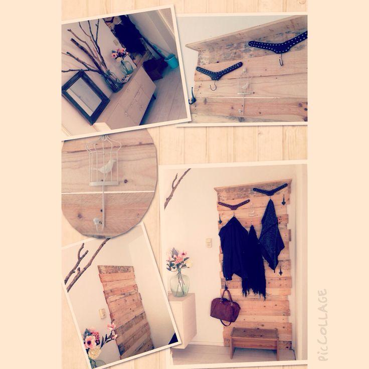 De oplossing voor het wegwerken van een deur! Kapstok, pallethout,, love it!