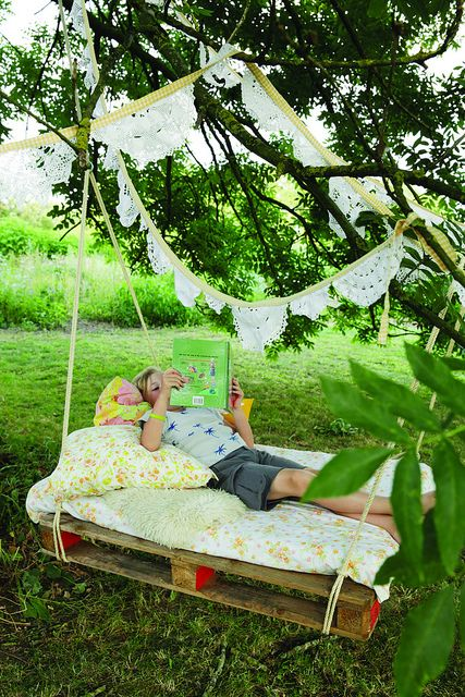 DIY palletbed voor in boomgaard :) http://madamezsazsa.blogspot.nl/