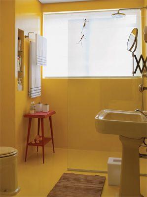 Piso e paredes deste banheiro receberam impermeabilização, massa acrílica e três demãos de tinta epóxi para cerâmica. Projeto de Pedro Lira.