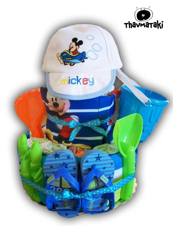 Ο αγαπημένος Mickey σε καλοκαιρινή εκδοχή! Περιλαμβάνει 3 ορόφους με πάνες, μια πετσέτα θαλάσσης, ένα μαγιώ, ένα καπελάκι, ένα ζευγάρι σαγιονάρες, και ένα σετ κουβαδάκια με φτυαράκια και φόρμες! Τιμή 60€