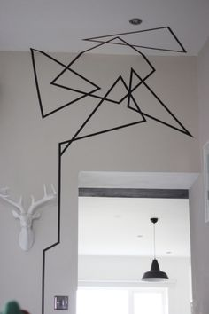 Lleva tus diseños de la pared al techo para darle aún más personalidad a tu decoración. | 19 Ideas originales para decorar tus paredes con cinta adhesiva