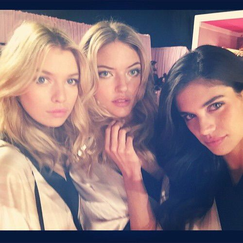 Image via We Heart It #backstage #friends #girls #models #Victoria'sSecret #stellamaxwell #marthahunt #instagram #sarasampaio #vsfs2014