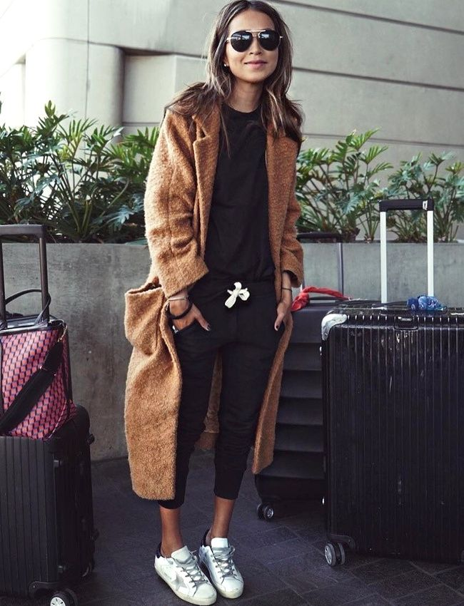 Le pardessus camel ultra cosy, l'arme secrète pour chiciser une tenue de voyage (photo Sincerely Jules)