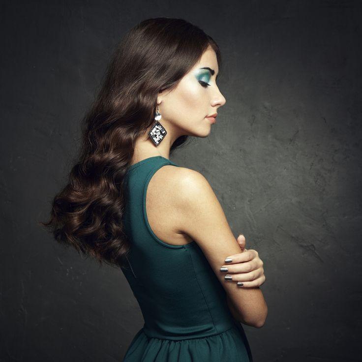 Ritratto di donna bella bruna in abito verde