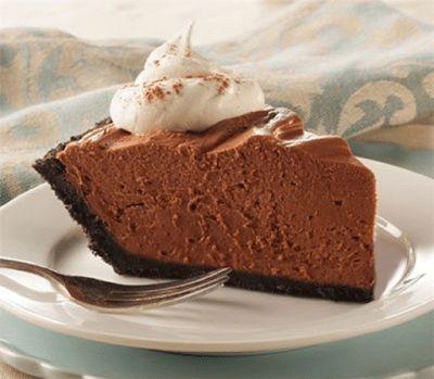 Μια πανεύκολη και γρήγορη συνταγή για να φτιάξετε μια παγωμένη σοκολατόπιτα σε 15 μόλις λεπτά. Ένα πολύ απλό αλλά τόσο νόστιμο και αφράτο γλυκό, που μάλλον δεν θα μείνει και πολλές μέρες στο ψυγείο σας. Υλικά