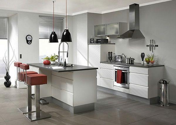 moderne Kücheninsel mit roten Stühlen
