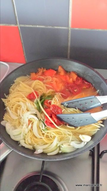 Le « One Pan Pasta » : le plat de pâtes où tout cuit dans une poêle en même temps                  I don't know what this is called but it looks really good!!