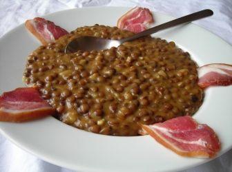 Lencsefőzelék recept (Légume de lentilles) | ApróSéf.hu: Klasszikus újévi étel a lencsefőzelék, a népi hiedelem szerint bőséges fogyasztásával megelőlegezzük magunknak a jövő évi gazdagságot. Amennyiben biztosra akarunk menni, szigorúan füstölt disznóhússal párosítsuk! http://aprosef.hu/lencsefozelek