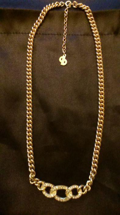"""DIOR - vergulde ketting  Mooie elegante Christian Dior ketting.Uitstekende kwaliteit en prachtig vormgegeven stuk.Voorste middengedeelte met briljante kristallen in een prachtige setting van 3 ringen interlinking.Middengedeelte is ondertekend/gegraveerd """"Chr.Dior"""" op de achterkant. (zie foto's)De CD logo hanger ook ondertekend/gegraveerd """"Chr.Dior"""" op de achterkant. (zie foto's)Lengte max.: 44 cm (175"""") - kettinglengte 39cm (155"""")  uitbreiding ketenlengte 5cm (2 """")Breedte midden voorzijde…"""