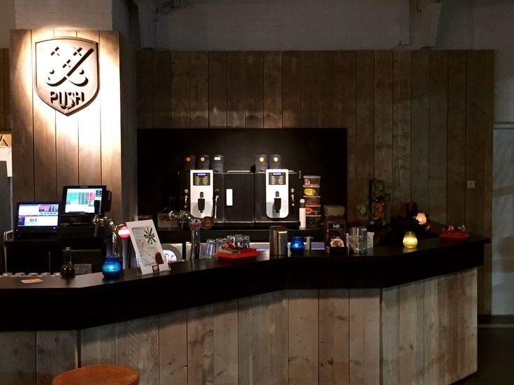 "Push hockey clubhuis na verbouwing ""bar en bar achterwand"" inrichting."