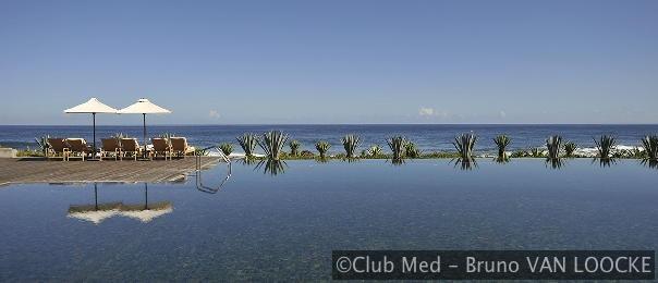 Dit zoetwaterbad met overloop tegenover de lagune is een aangename plek om heerlijk te ontspannen.