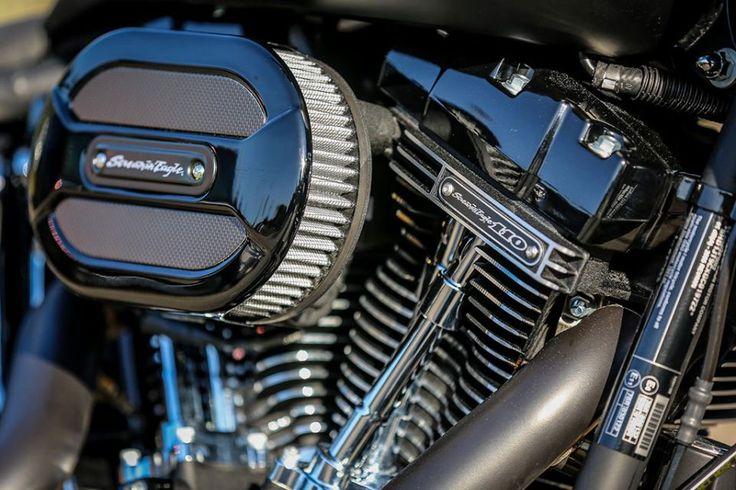 Das Fat Boy S Projekt MaXX wurde mit einer Reihe unserer Parts bestückt, wie mit dem Heckfender Steel inklusive integriertem Rücklicht und Blinkern, der Schwinge Kreuzfeuer, Vegas Race Rädern, dem seitlichem Kennzeichenhalter und viele weitere Teile aus unserem Sortiment, die ihr allein unserem Onlineshop findet. Die Fat Boy S kommt serienmäßig mit dem 110cui Twin Cam der CVO Modelle und sorgt mit sattem Leistungsplus für ordentlich Fahrspaß.