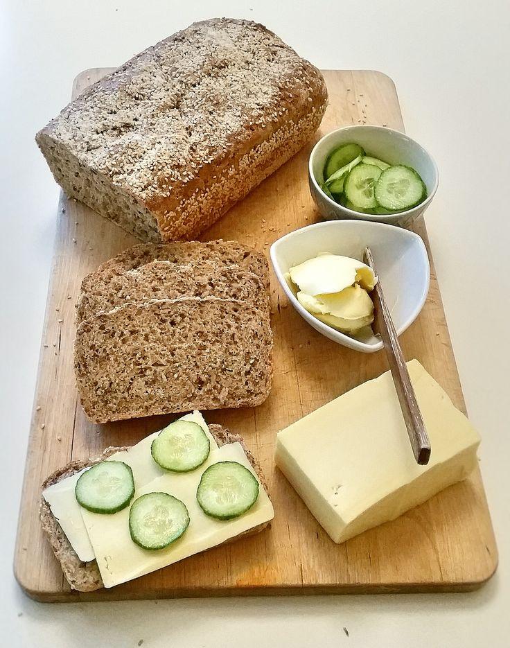 Ett gott grovt bröd som blir saftigt av skållningen. Den innehåller massa frön som gör susen för magen. Favoritlimpan att servera till frukost, mättande och stärkande.
