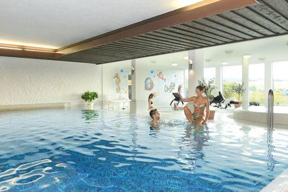 Schwimmbad für Hotel Gäste mit Ausblick über das Waldachtal.