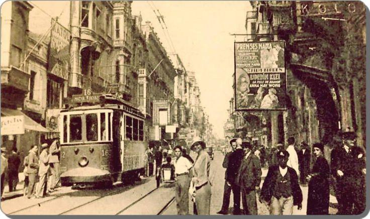 Beyoğlu, Galatasaray Hamamına giden sokağın köşesinden - 1930lar