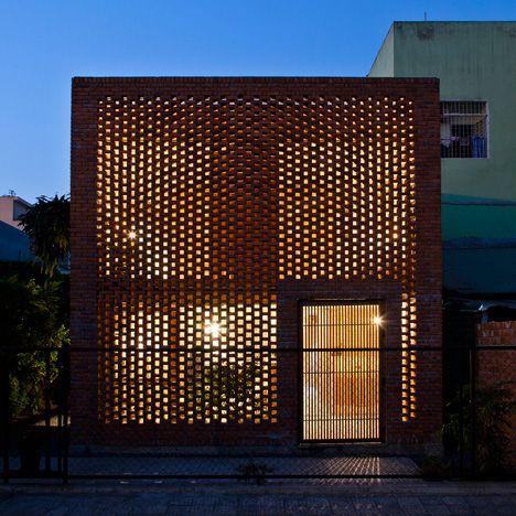 Casa de ladrillo perforado por Space Tropical se basa en los nidos de termitas