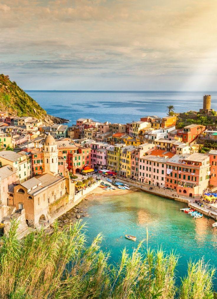 De Italiaanse Bloemenrivièra, dat is een naam die recht uit een prachtig sprookje kunnen komen... Zo'n sprookje waarin het altijd mooi weer is, de natuur magisch mooi is en de dorpjes uitzonderlijk gezellig zijn. Stap in je huurauto en rijd je eigen sprookjesboek binnen, langs de vijf dorpjes van Cinque Terre. Je verkent de hele streek Ligurië, met haar kleurrijke kustlijn, heerlijke Italiaanse zon en een keuken om duimen en vingers van af te likken. Een wijnbezoek of twee? Dan kan er ook…