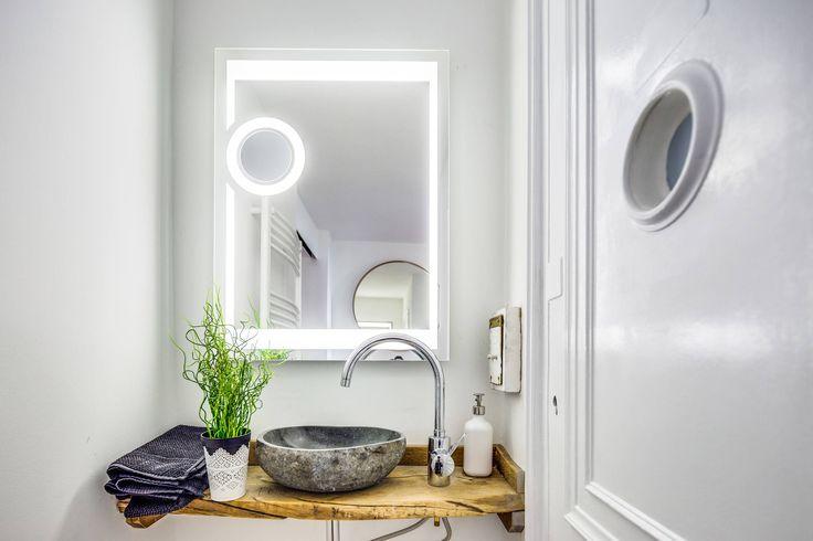 Дизайн маленькой ванной комнаты: 35 секретов оформления (фото) http://happymodern.ru/malenkaya-vannaya-komnata-vybiraem-dizajn-35-foto/ Нейтральный белый в цвете стен и подсветки - идеальный фон для демонстрации красоты натуральных материалов - дерева столешницы и камня необычной раковины