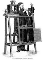 13. Feb. 1895: Die Brüder Lumière lassen in Paris ihren Cinématographe patentieren. Cinématographen waren Apparate der Lumière-Gesellschaft, die Filmkamera, Kopiergerät und Filmprojektor in einem waren.