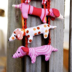 Dachshunds made from the Doxie Dachshund necklace pattern in the Wee Wonderfuls book. (via hazelnuts)