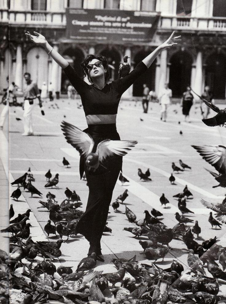"""Venezia Ottobre 1994"", Vogue Italia, October 1994 Photographer : Walter Chin Model : Monica Belluci Makeup : Nando Chiesa for Aldo Coppola Hair : Pierguiseppe Moroni"