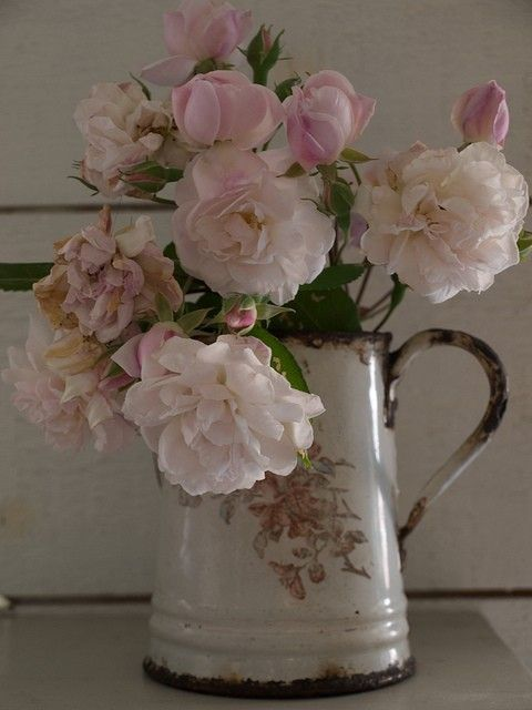 Enamel coffee pot, roses: Vintage, Soft Pink, Shabby Chic, Flowers Arrangements, Beautiful, Rose Bouquets, Ana Rosa, Pink Rose, Enamels