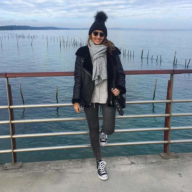 C a s u a l b i k e r // #outfit #ootd #outfitoftheday #todayimwearing #smile #smilepower #weekend #capferret  Veste #zara - Pull #mango - Echarpe #zara - Bonnet #pimkie - Jean #zara - Baskets #converse - Lunettes #solamor1946 - Sac #ps11 #proenzaschouler  La promenade digestive post-burger avant de rentrer à la maison ! Happy Sunday les beautés 💋