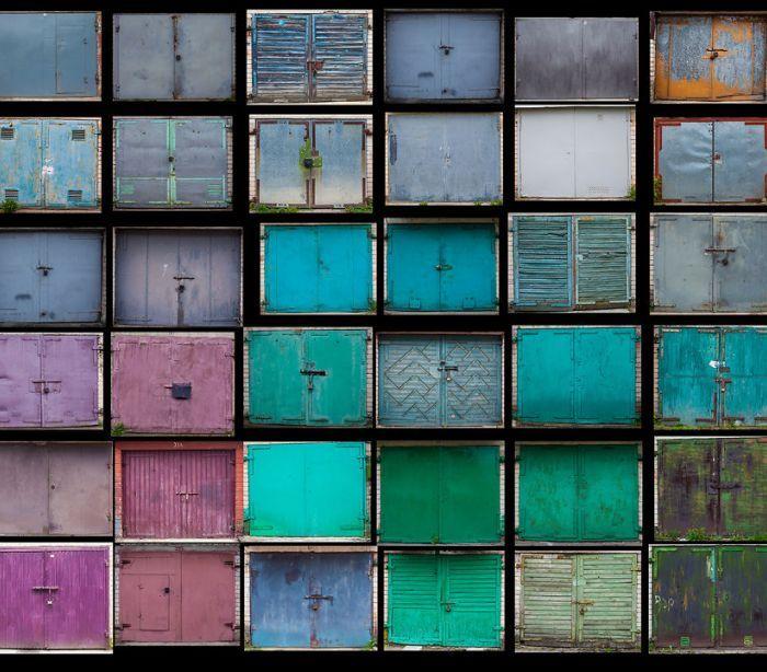 As garagens de Agne Gintalaite. A série completa envolve as fotografias de cerca de 200 portas de garagem surpreendentes, na cidade e vários mosaicos.  Fotografia: http://www.noticiasaominuto.com.  Texto: http://www.gintalaite.com