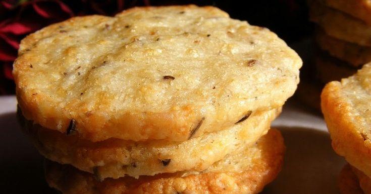 Az előző  bejegyzésben már említést tettem róla.   Míg a mogyorós , ízben a mogyoróról szól, ebben a kekszben, a füstölt sajt dominál. ...