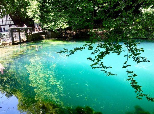 Du denkst, azurblaue Seen gibt es nur auf Bali? Dann besuche mal den Blautopf auf der Schwäbischen Alb.