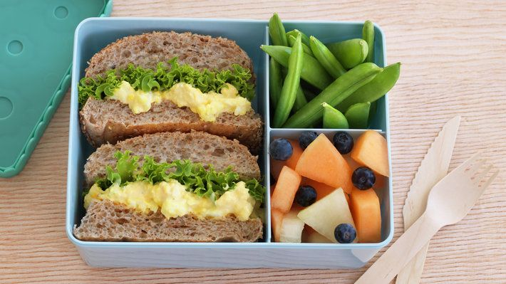 En skikkelig proff matpakke med eggesalat, melon og sukkererter.! Lag den gjerne dagen før, så sparer du tid før du må storme ut til en ny dag.