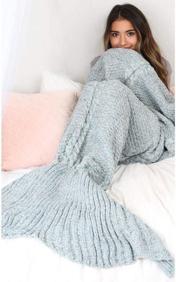 Chica recostada en una cama con los pies cubiertos por una frazada cola de pez                                                                                                                                                                                 Más
