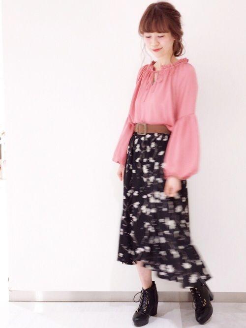 ピンクが目をひくバルーン袖ブラウスに 黒花柄のフィッシュテールスカートで トレンドシルエットコーデ