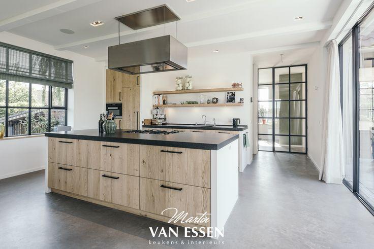 Er staan weer prachtige nieuwe projecten op onze website, zoals deze modern landelijke keuken in het mooie Loosdrecht. Hij is gemaakt van massief gestraald eiken en het keukenblad is van graniet. Wat vindt u er van?